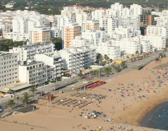 <p>Quarteira is a coastal civil parish, located along the southern extent of the Algarve fronting Albufeira Municipality to the west (in the parish of Olhos de Água). In addition, the local area authority is bordered in the east by Almancil, northeast by São Clemente, north by São Sebastião and Boliqueime.</p> <p>From the Atlantic coast, the frontier with its neighbours extends northwest along the Ribeira de Algibre, before following the M526 municipal roadway to the Estrada Nacional EN125 in Maritenda. From here, the border travels southeast along the EN125 until just after the N396 motorway, where it then divides along a ravine southwest towards the Atlantic Ocean, alongside the Royal Golf Course. The coast includes 5.5 kilometres (3.4 mi) of normallyclassified Blue Flag beach.</p>